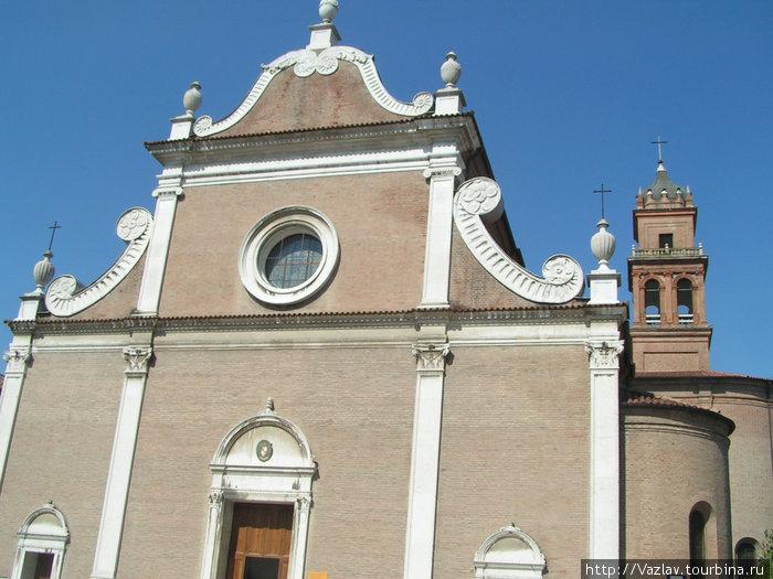 Фасад церкви. На заднем плане видна башня