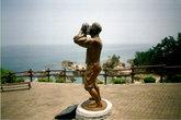 Памятник трусливому рыбака. Вероятно, он кричит своей девушке, оставшейся на скале Аебави: \