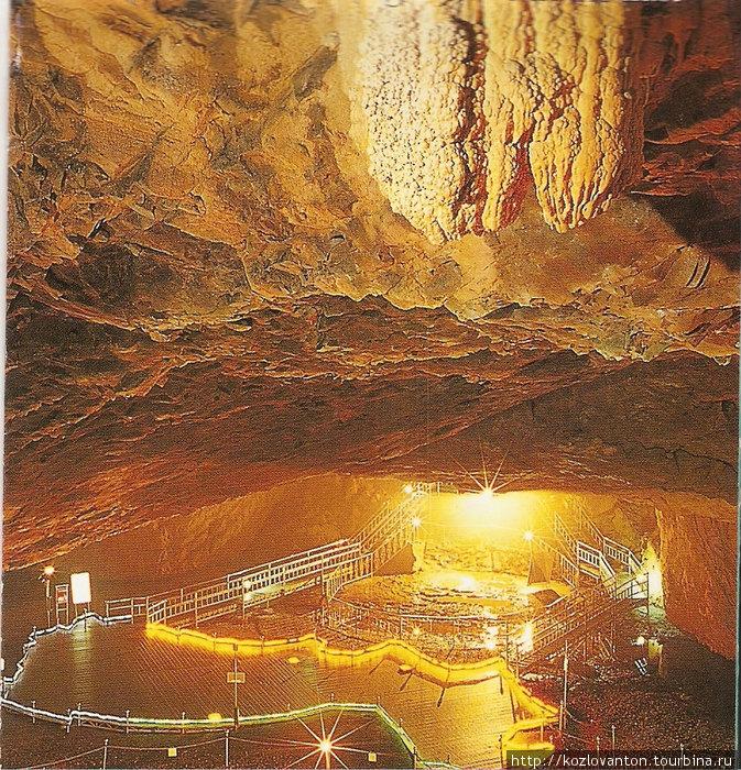 При входе в пещеру.