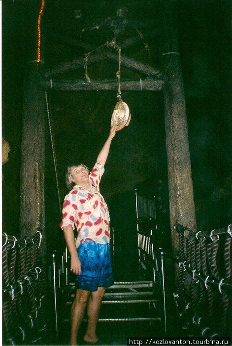 Раскачивающийся мост над пропастью. Жуть! А еще скелет пытается утянуть мою шляпу!