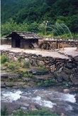 Водная мельница возле пещеры — тоже объект туристического внимания.
