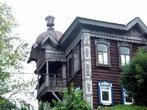 Словно игрушечный балкон-лоджию с чешуйчатой крышей можно увидеть в доме на Кузнечном взвозе, 6.