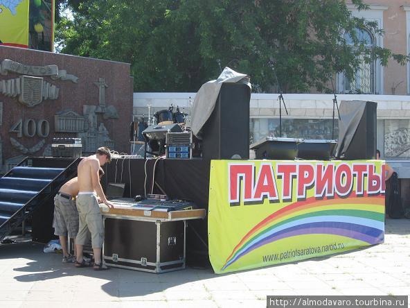 На городской площади во всю готовились к празднику Дню России