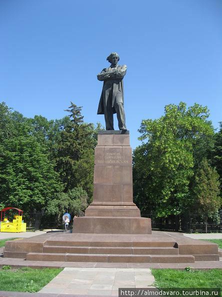 Памятник еще одному легендарному саратовцу Николаю Чернышевскому, автору известного «Что делать?»