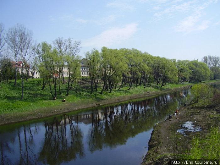 Вид с мостика на набережную речки Черемухи