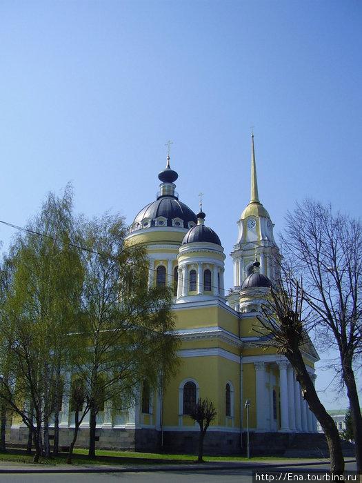 Спасо-Преображенский собор в майской зелени