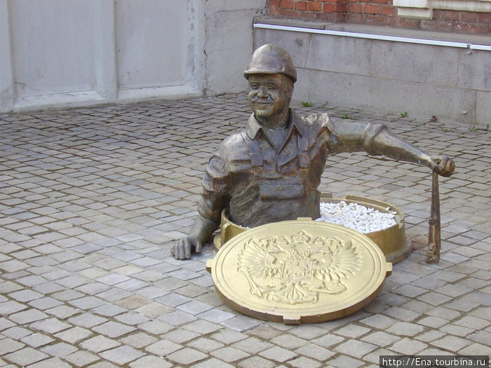 Памятник слесарю
