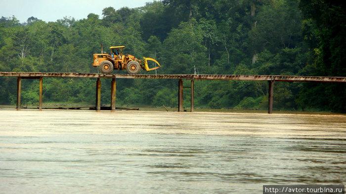 легкий мост через широкую реку