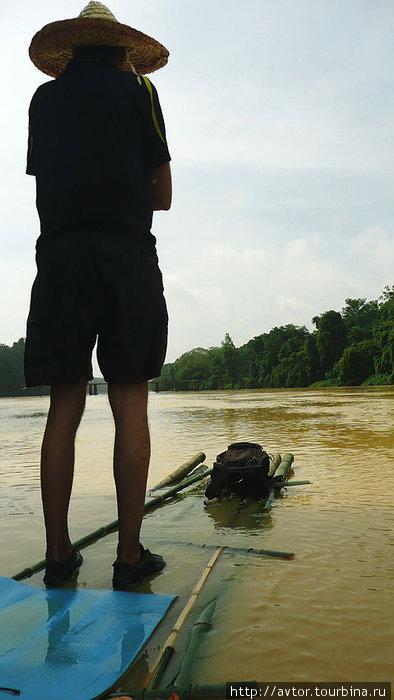 Плот очень устойчивый, несмотря на то, что ширина его около 80 см, а длина 5-6 метров