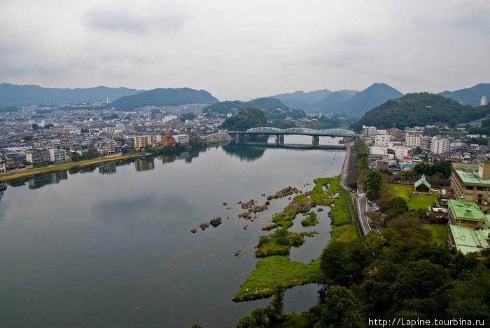 Вид с верхнего этажа замка на реку Кисо и железнодорожный мост