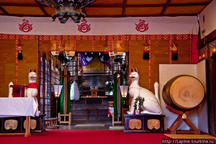 Алтарь с белыми лисами-кицунэ