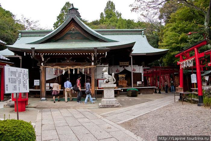 Храм Инари у подножья замка