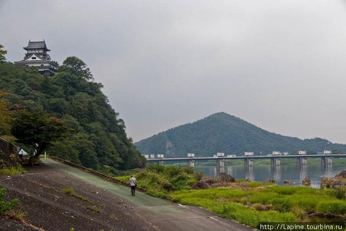 Замок и кошмарный атомобильный мост с набережной Кисо-гава