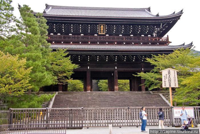 Главные ворота храма Тион-ин — огромные!