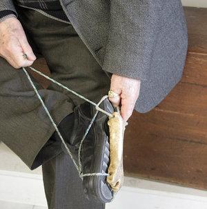 Кости и другие не очень съедобные останки, широко использовались. Это, например, костяные коньки.