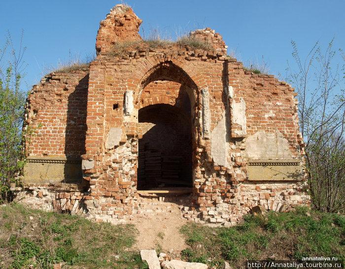 Остатки часовни, в которой были захоронены Кожины