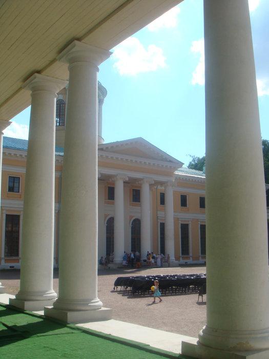 Главный дворец. Со стульями для концерта.