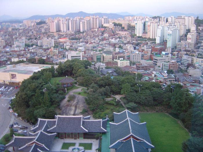 Еще один вид, зеленое внизу  с национальными крышами в зеленой зоне — это все территория отеля.