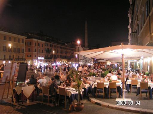 Ресторанчик расположен прямо на площади