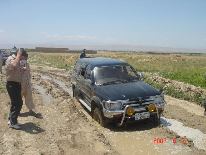 Афганистан. Объезд заминированного участка дороги по бездорожью.