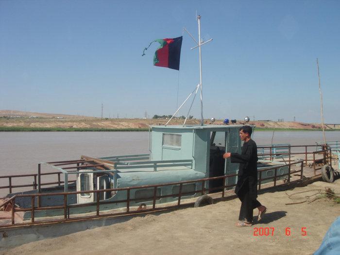 Афганистан. Паром, единственное звено связывающее нас с родиной. На том берегу Таджикистан.