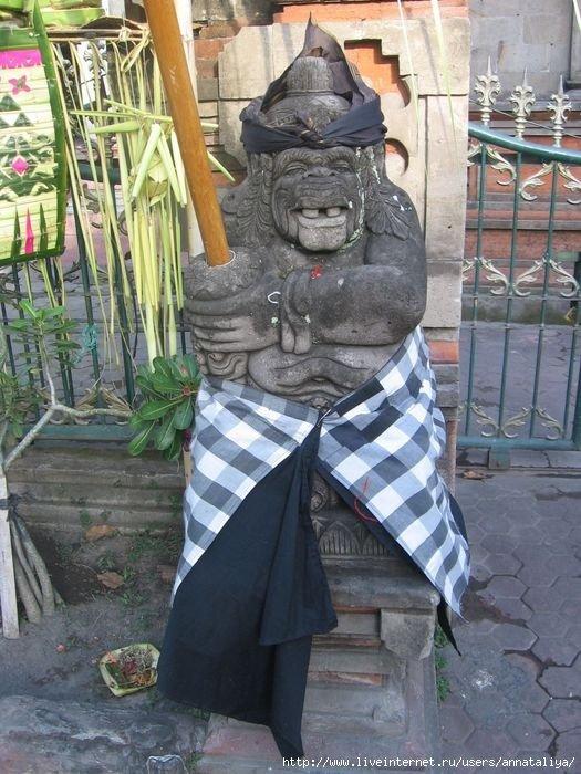 Каменные чудовища у входа в храм