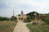 Армянский храм рядом  с крепостью, на территории которого похоронен И.К.Айвазовский