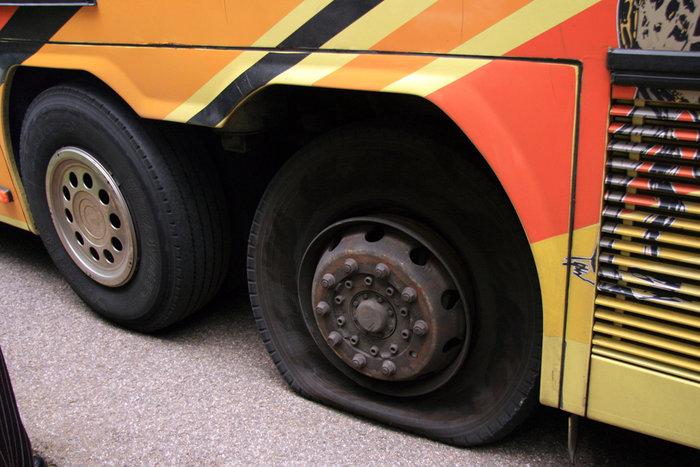 лопнувшее колесо автобуса