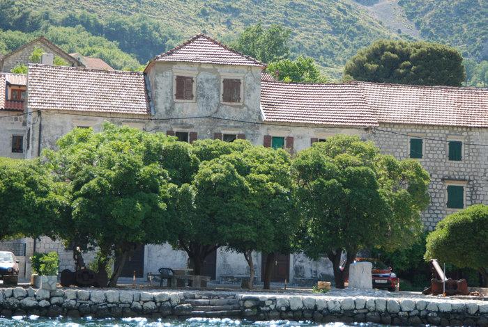 вид на дом с воды