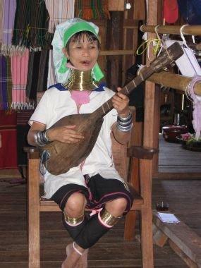Женщина народности падаунгов за испонением национальной песни