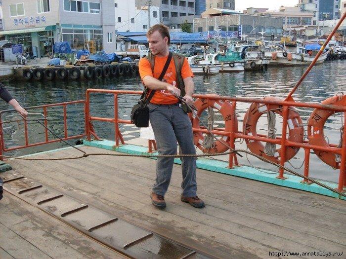 Антон тоже попробовал тянуть трос, и, по-моему, ему, как и корейцам, это тоже понравилось. :))