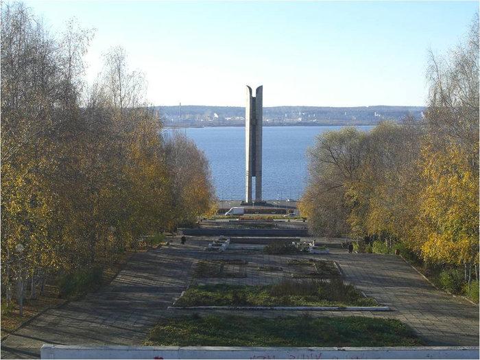 Монумент Дружбы народов или Лыжи Кулаковой