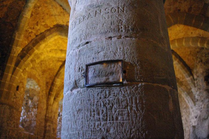 Подпись Байрона в подземелье замка