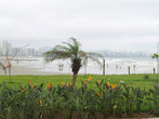У мола приморский парк расширяется и тоже немного выходит в море