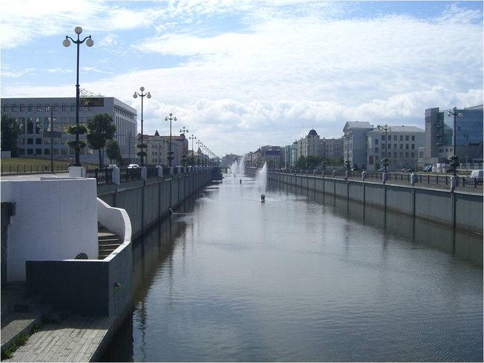 В начале канала (со стороны Казанского Кремля)