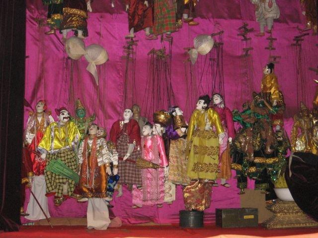 А в конце представления опускается занавес, на котором — все куклы-участники спектакля!