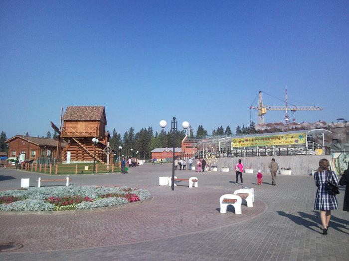 Утро. Посетителей ещё мало, и площадь выглядит пустой. Что-то вдалеке ещё строится