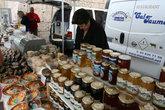Милая женщина продала нам вкусного сыра, предварительно накормив нас разными его видами )
