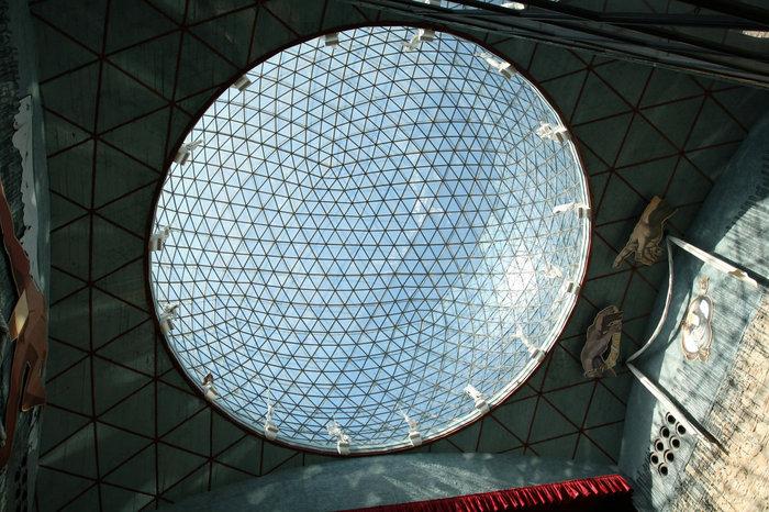 Купол над сценой