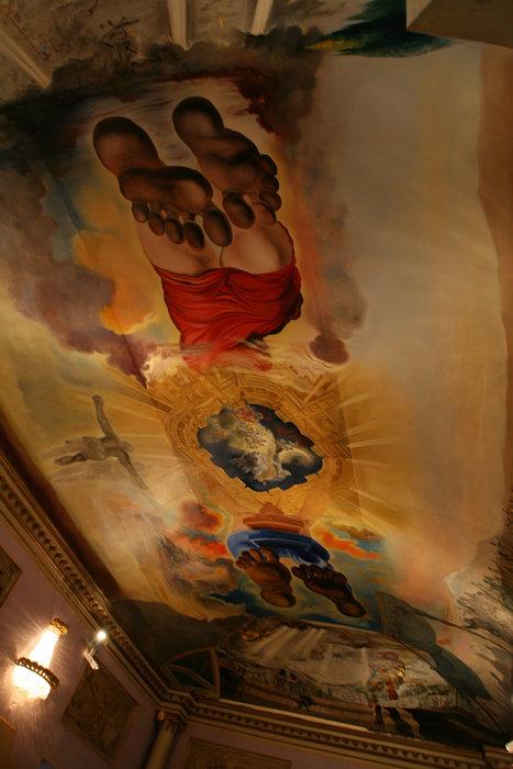 Поразительной красоты роспись на потолке. Не знаю лично ли Дали ее создал или по его эскизам, но выглядит невероятно красиво.