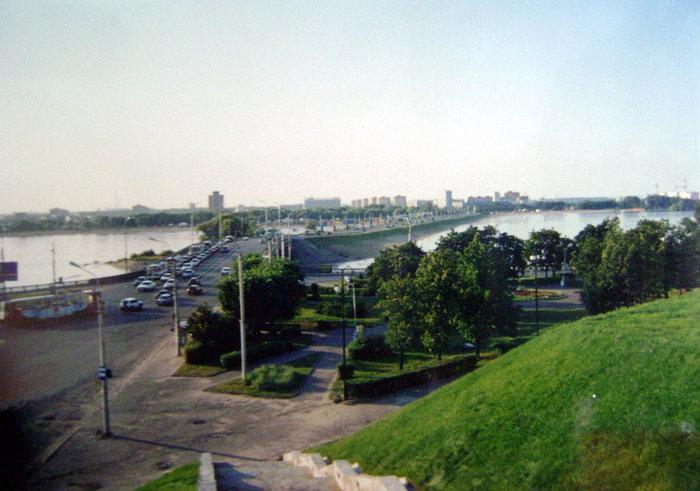 С кремлевского холма открывается чудесная панорама на автомобильный мост, реку Казанку, установленный на острове памятник русским воинам, павшим при штурме Казани в 1552 году, и правобережье города.