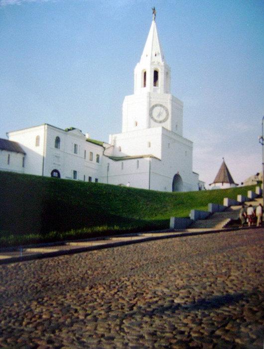 Строительство белокаменного кремля в середине XVI века началось с церквей и башен. Главная башня Казанского кремля – Спасская проездная – была построена в числе первых в 1556 году.