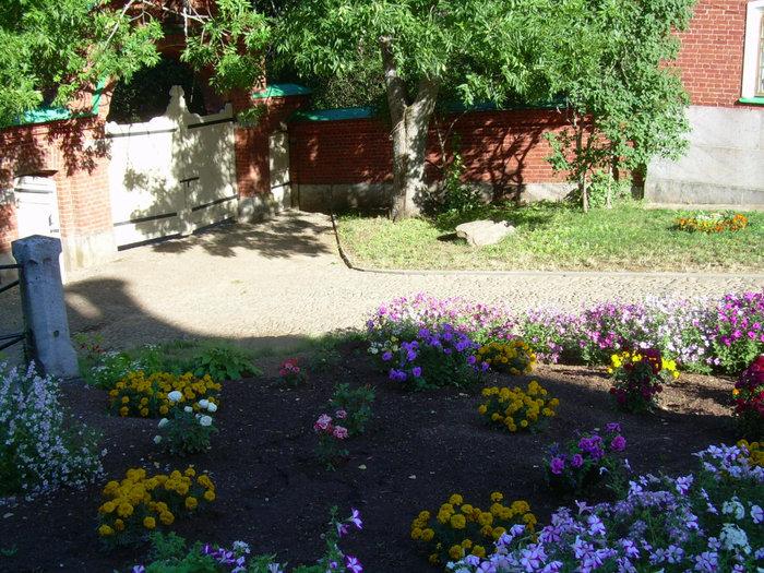 Благодаря кропотливому труду монахов, дворы ухожены и красивы.
