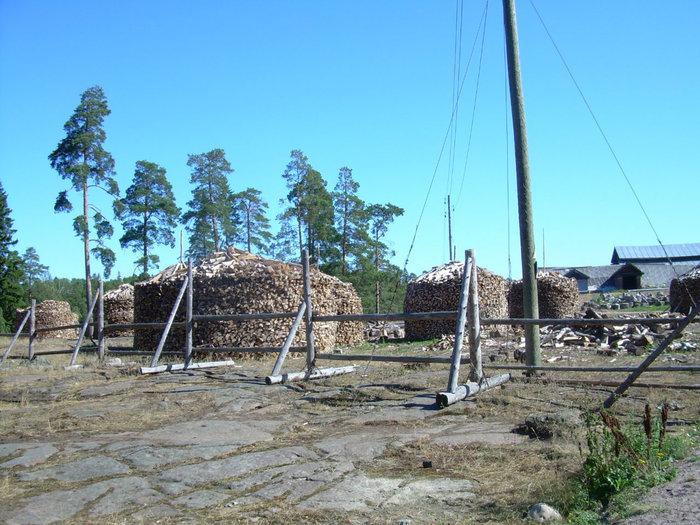 На острове есть небольшое поселение мирных жителей.