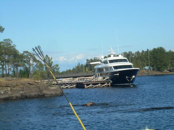 Дальше на катере экскурсию везут вдоль острова к Спасо-Преображенскому монастырю.