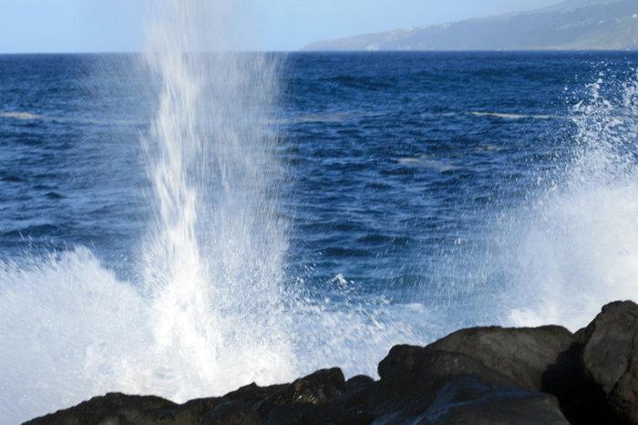 беспокойный океан Пуэрто-де-ла-Крус, остров Тенерифе, Испания