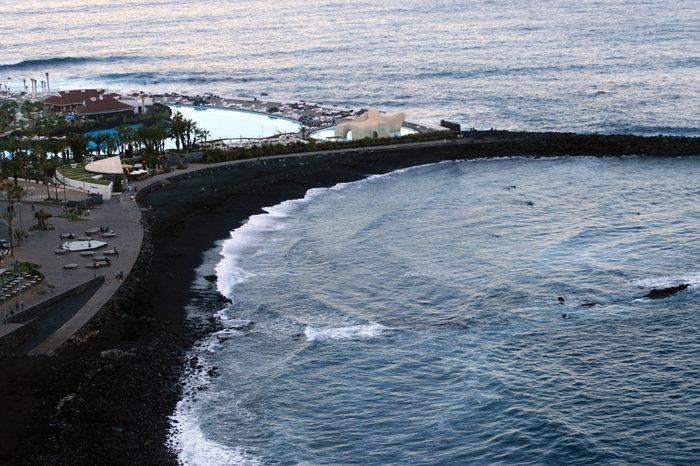 берег океана и волнорез Пуэрто-де-ла-Крус, остров Тенерифе, Испания