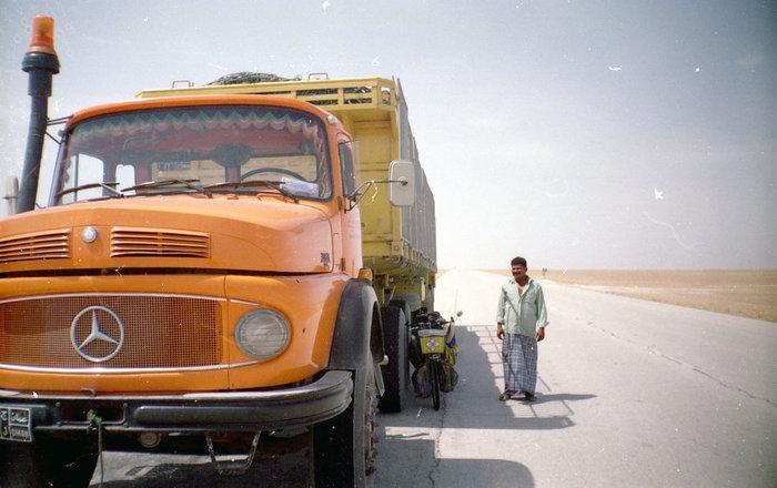 В пустыне любая тень на вес золота. Рядом — оманский дальнобойщик