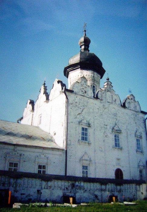 Успенский Богородицкий мужской монастырь с 1997 года определяет духовную и нравственную атмосферу возрождающегося Свияжска. Ныне действующий Успенский собор был построен в 1560 г., освящен в 1561 г.