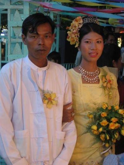 Молодожены, которых я наблюдала в одной из кафешек в Мандалае